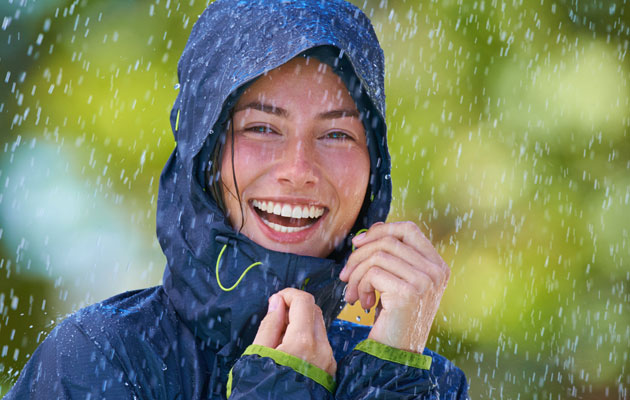 Huppu suojaa tuulelta ja sateelta