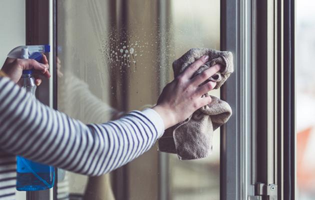 Pölyjen pyyhkiminen on 4. sijalla inhokki kotitöiden listalla.