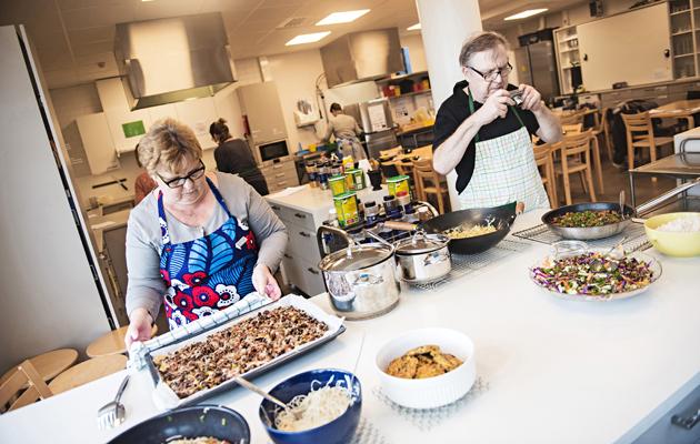 """Kuva - Tarinoita köyhien kokkauskurssilta: """"Sitä kokataan, mitä leipäjonosta saadaan"""""""