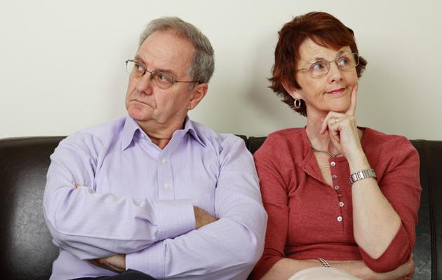 Pariskunta riitelee kotitöistä.
