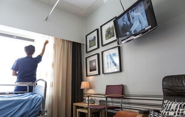 Omaiset katsovat joskus televisioa potilaan kanssa.