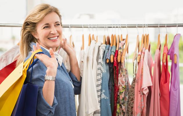 Nainen ostamassa vaatteita.