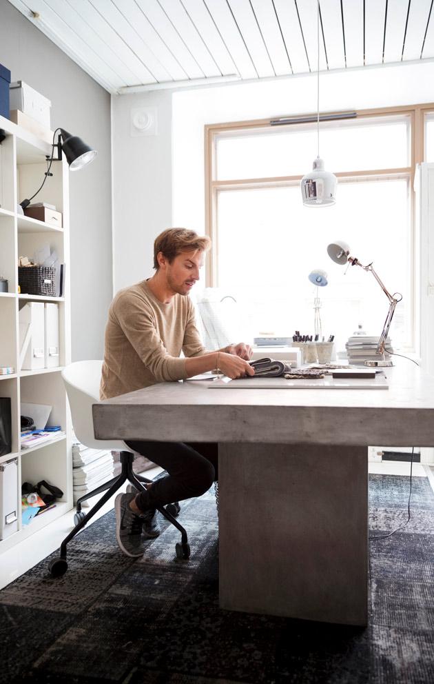 sisustussuunnittelija mikko Toppala asuu helsingin kantakaupungissa ullakkohuoneistossa.