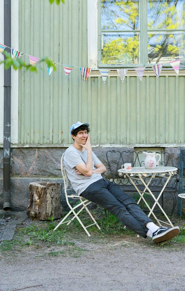 kuvittaja Kasper Strömman asuu Helsingin Vallilassa vanhassa puutalossa.