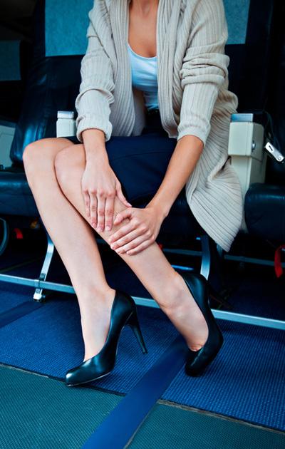 Naisen jalat lentokoneessa