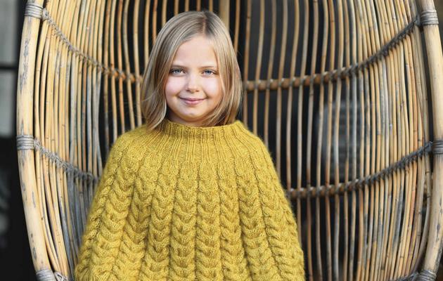 Kuva - Aurinkoisen keltainen palmikkoponcho lapselle