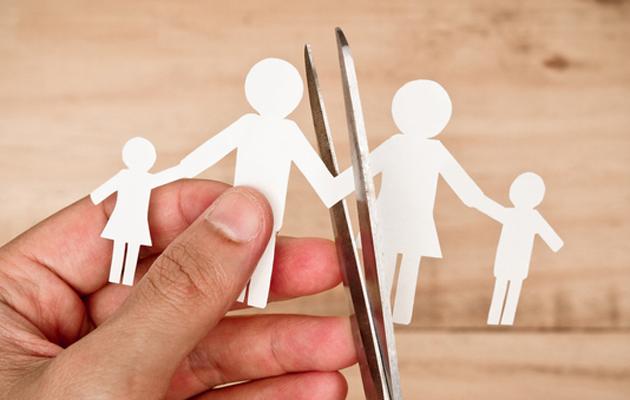 Paperista leikattu perhe, joka leikataan saksilla toisistaan