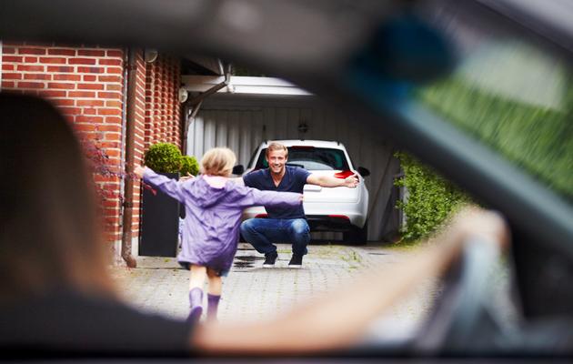 Lapsi juoksee autosta isänsä syliin.