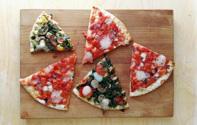 Kaksi pakastepizzaa mahtuu samalle pellille tai ritilälle helposti.