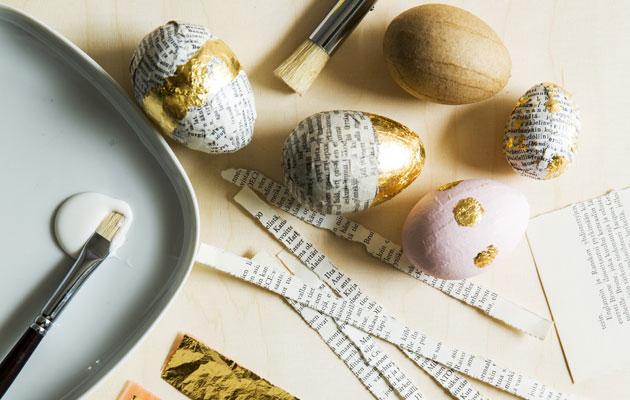 Kierrätysmateriaaleilla koristellut pääsiäismunat