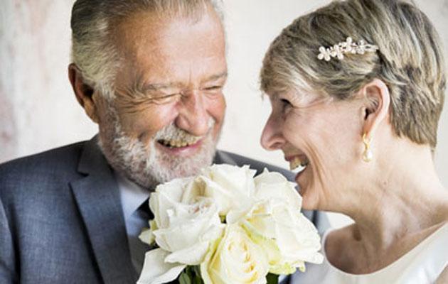 Vanhana naimisiin menenvä pari