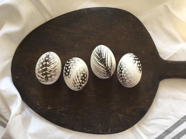 Höyhenillä koristellut pääsiäismunat ovat hieno pääsiäsikoriste.