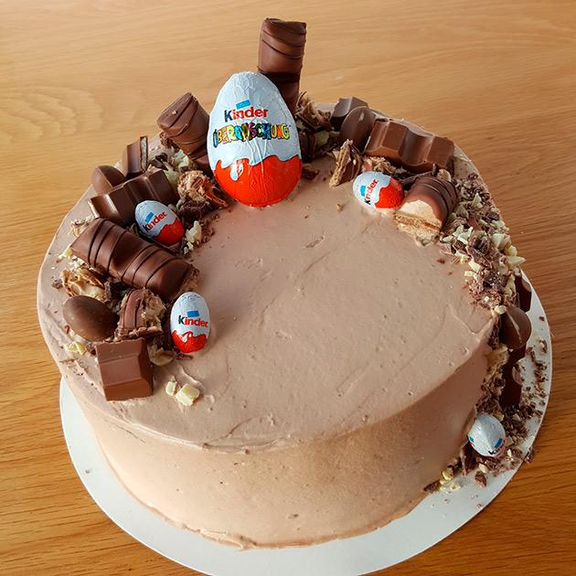 kinderkakku, pääsiäinen, kinder, suklaamuna, suklaakakku, leipominen