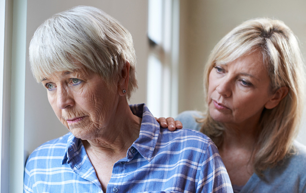 perheenjäsen lohduttaa ja tukee muistisairasta naista