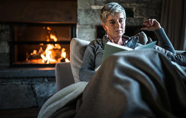 nainen lukee dekkaria, dekkarit, lukeminen, kirjallisuus, kirjavinkki