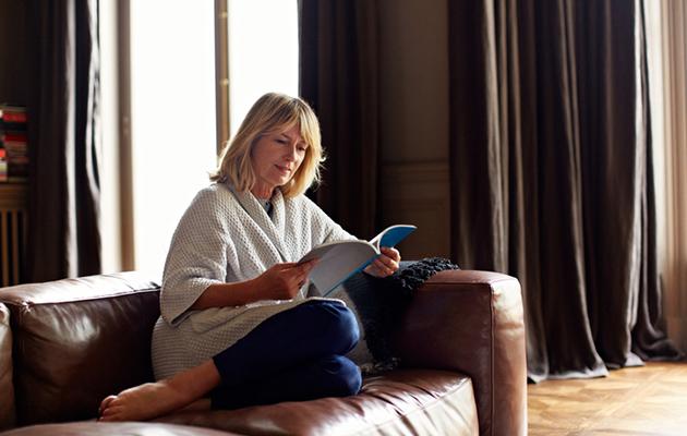 nainen lukee kirjaa, käännöskirjallisuus, kirjat, lukeminen, woman reads
