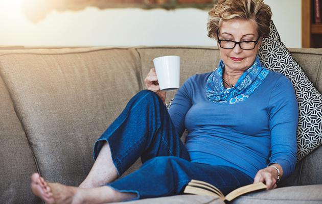 nainen lukee kevään 2018 uutuustietokirjaa