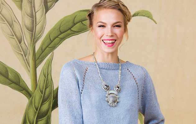 Kuva - Neulo naisen raglanhihainen pusero pellavasta ja yhdistä näyttävään koruun