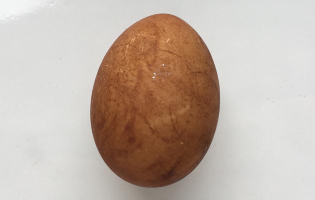 mustalla teellä värjätty kananmuna