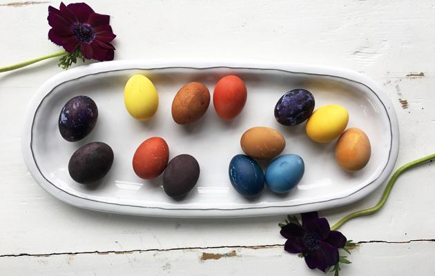 Luonnollisesti elintarvikkeilla ja ruoalla värjätyt kananmunat ovat kauniita pääsiäismunia.