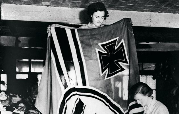 Saksalaisnaiset ompelevat lippua