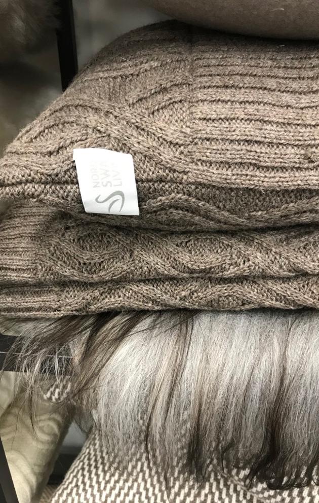 Tekstiileissä suositaan tunnultaan erilaisia materiaaleja: pehmeää ja karheaa, sileää ja pörröistä. Kuva: Nordic Swan Living