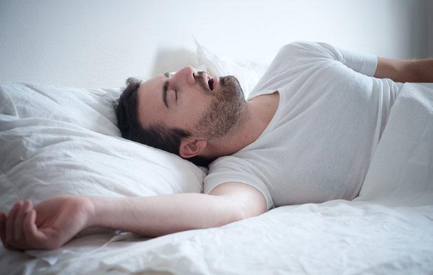 mies kuorsaa, kärsiikö hän uniapneasta?
