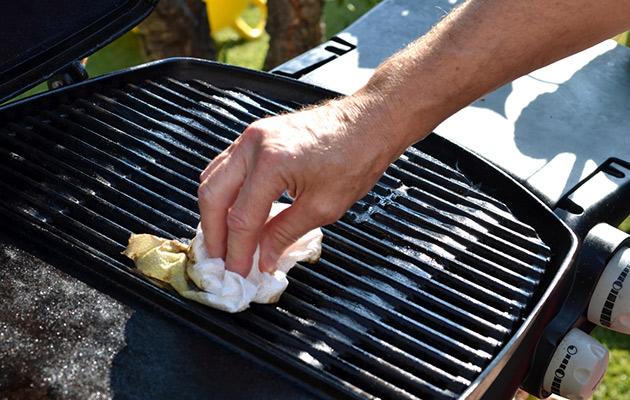grillin puhdistaminen, grillin puhdistaminen ruokasoodalla, ruokasooda, grilli puhtaaksi, grillin putsaaminen, grillaaminen, grillikausi