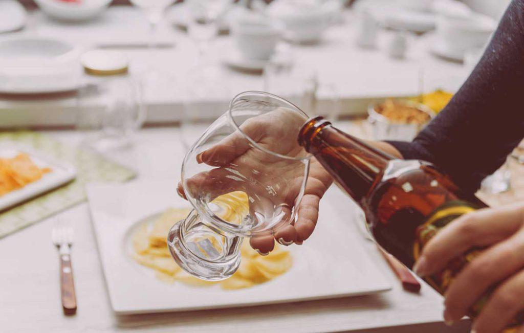 Oluen kaataminen lasiin