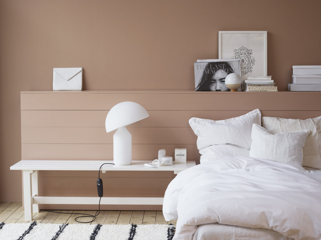 Koteloimaseen sängynpäätyyn on piilotettu varapatja kannen alle.
