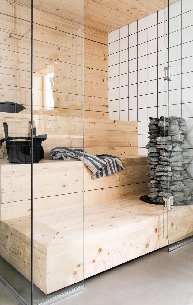 Sauna on kuusilankkua, kiukaan iso kivimäärä takaa makeat löylyt.