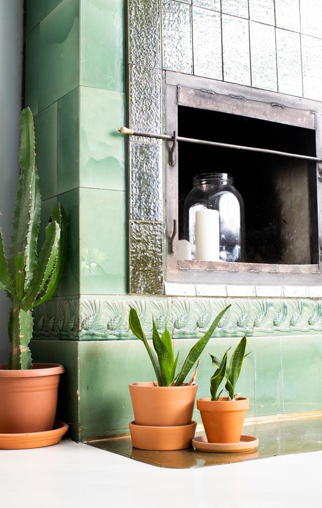 Olohuoneessa on komea vihreä kaakaliuuni.