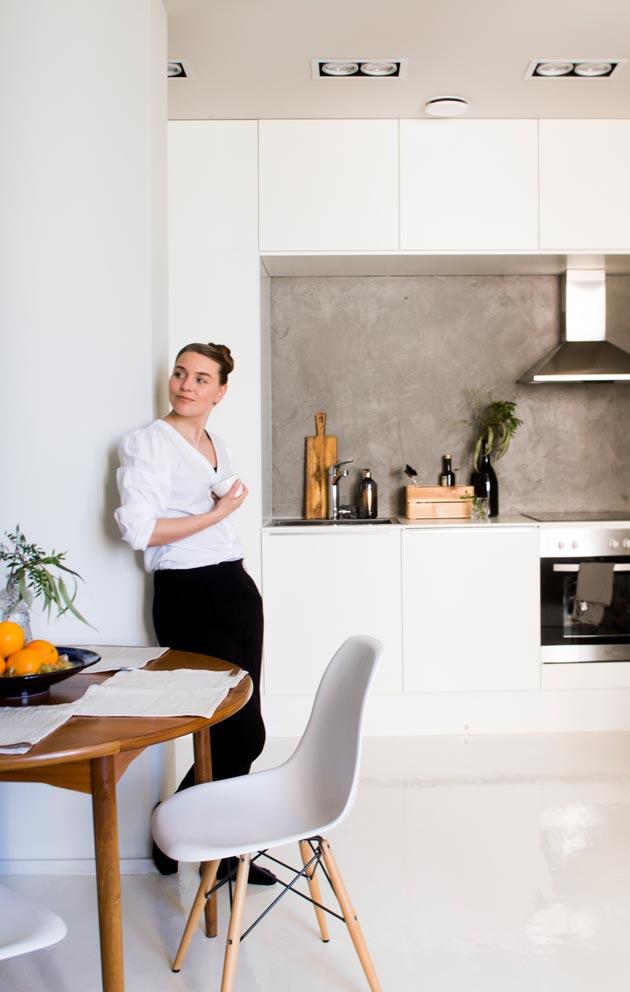 JO edelliset asukkaat olivat remontoineet keittiön valkoiseksi ja moderniksi.