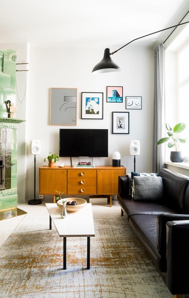 Olohuoneessa on ripaus retrotunnelmaa. Kalusteissa on itse tehtyä, designklassikoita, mutta myös Ikeaa.