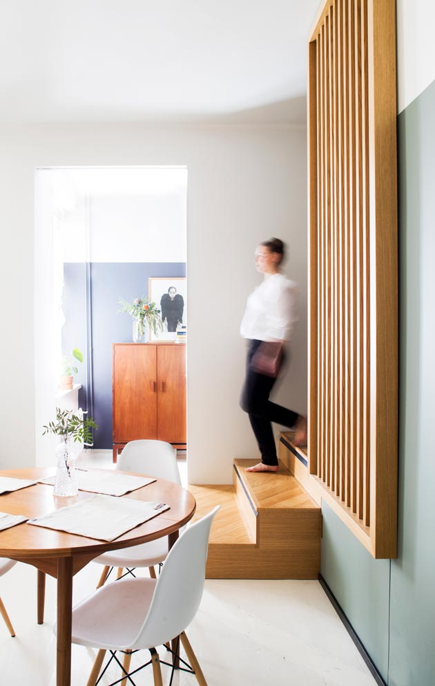 Työpisteen ja olohuoneen välillä on portaat. Ne toimivat tarvittaessa istuinatilana.