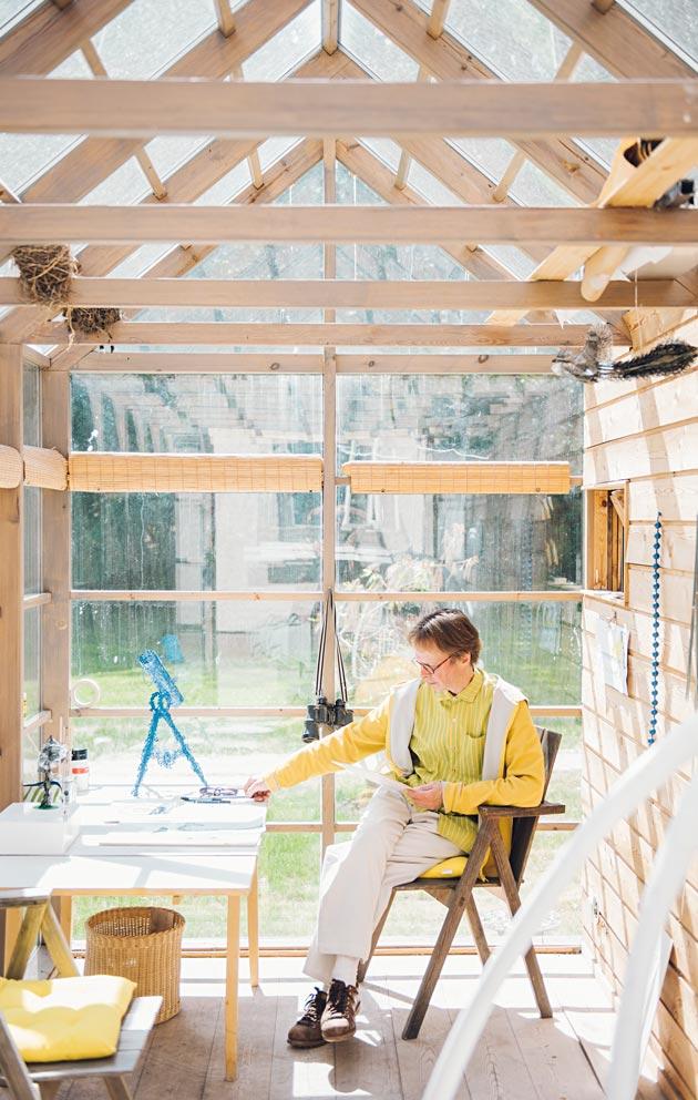 Kesällä Pekka Jylhä oli paossa työhuoneensa putkiremonttia ja työskenteli lasiansarissa työhuoneen pihalla.