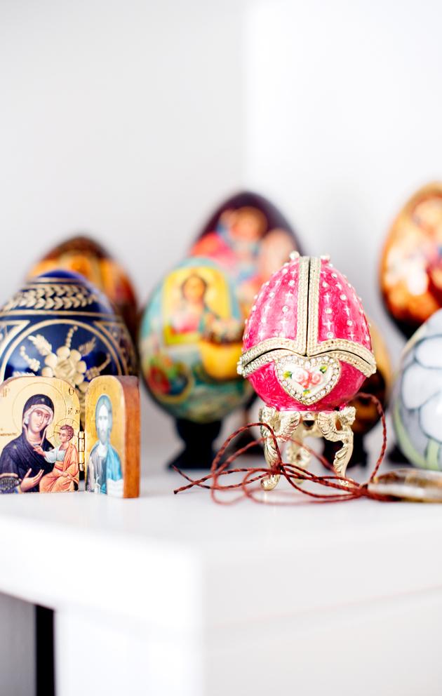 Kirjahyllyssä on esillä perheelle tärkeään ortodoksisuuteen liittyviä koriste-esineitä.