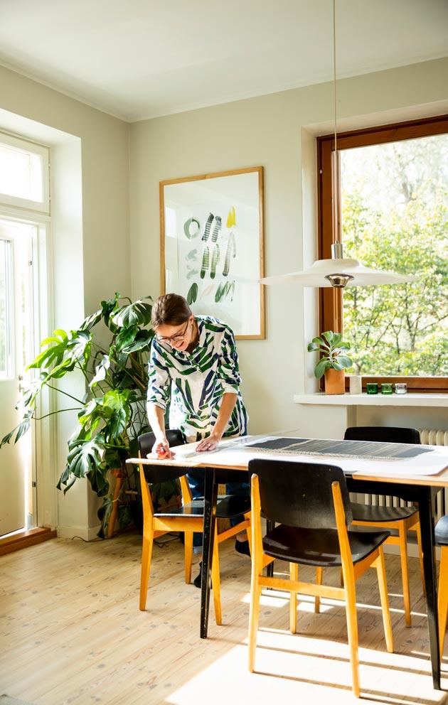 Ekien kodin seiniä koristavat Reetan tekemät printit.