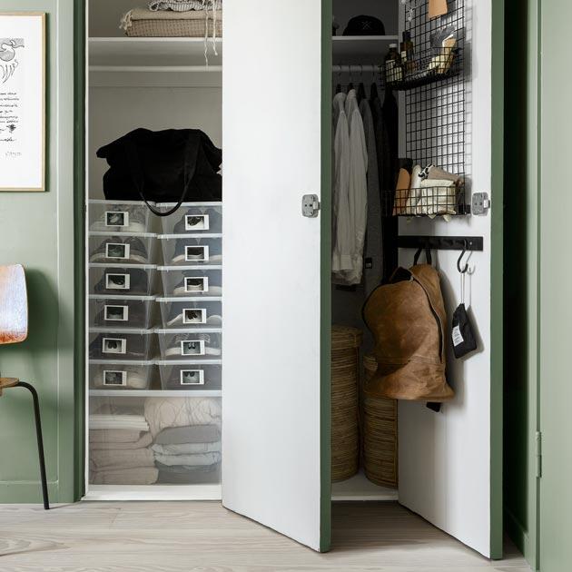 Myös vaatekomeron ovi kannattaa valjastaa säilytykseen.