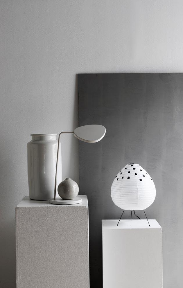 Paperivarjostimellista valaisinta voi tuunata myös itse. Pilkuta valkoinen varjostin esimerkiksi mustalla maalilla.