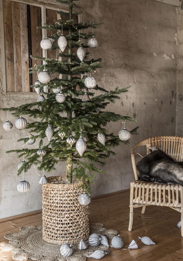 Samansävyisiä joulukoristeita kapeassa kuusessa, joulukuusen koristelu.