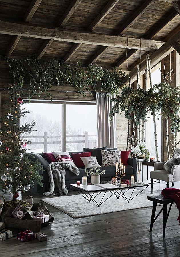 Joululuusen lisäksi sisälle voi tuoda muistakin jouluisia oksia, joulukuusen koristelu.
