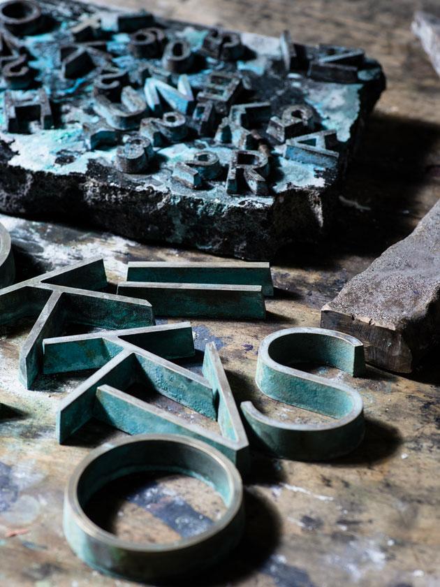 Koiviston hautamuistomerkin kirjaimet