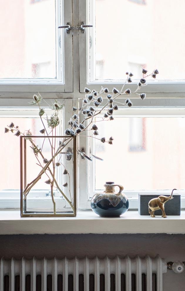 Ikkunalaudoilla on kauniita asetelmia.