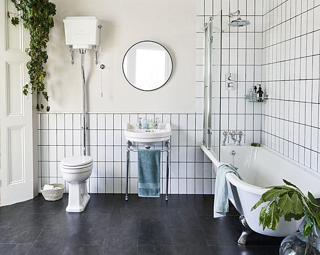 Kylpyhuoneen sisustus graafisella tyylillä: 1960-luvun tyylinen laatoitus.