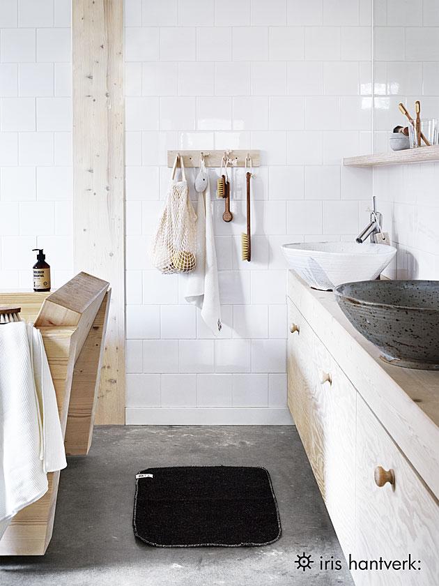 Kylpyhuoneen sisustus pehmeästi.