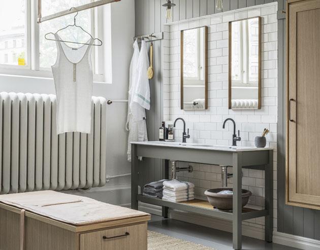 Kylpyhuoneen sisustus shaker-tyylillä: laattaa, viilua ja maalia.