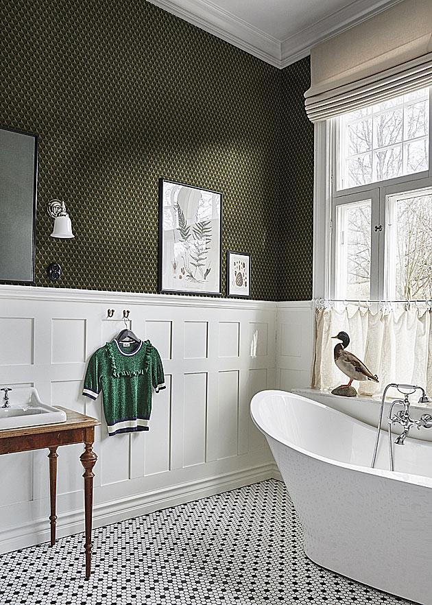 Kylpyhuoneen sisutus romanttisella tyylillä: tapettia ja verhot.
