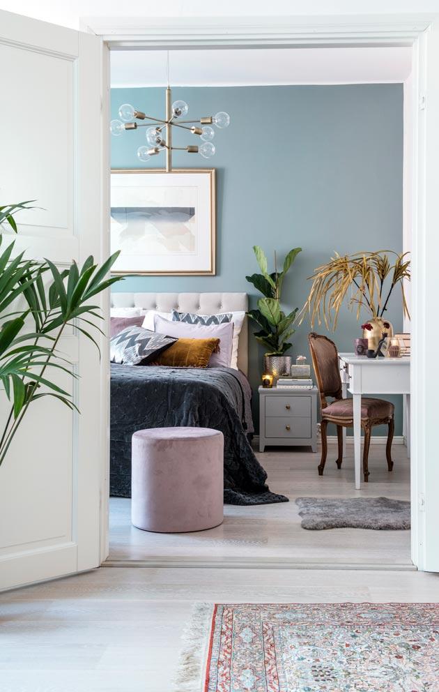Olo- ja makuuhuoneen seinät maalattiin hiljattain uudelleen. Samalla hankittiin muutama sävyltään tummempi huonekalu.