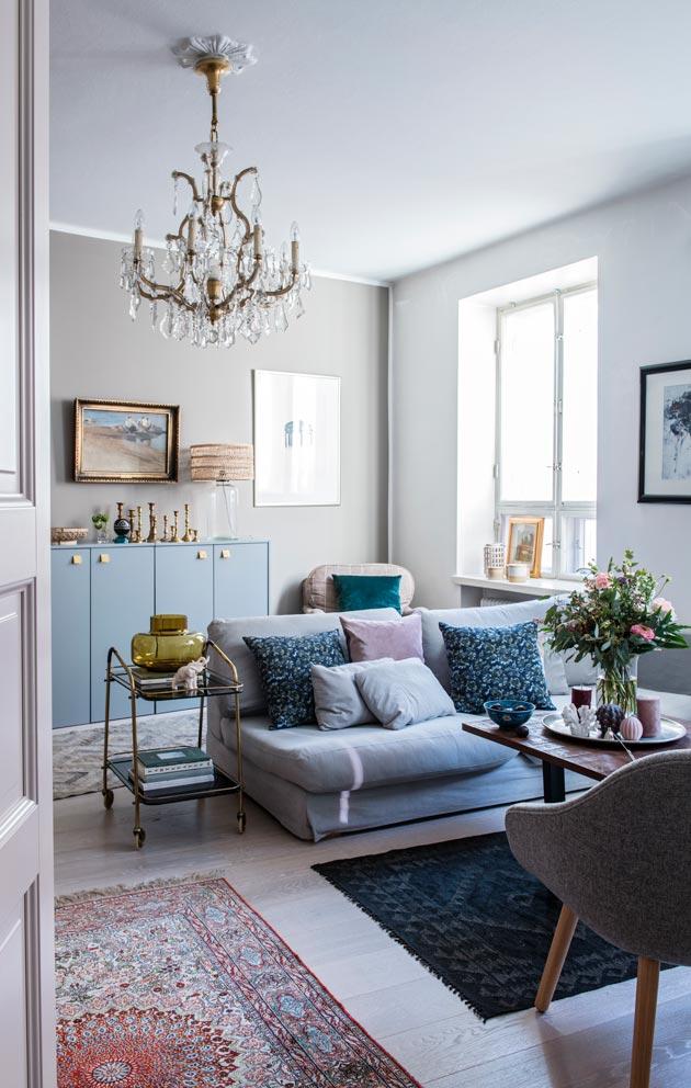 Aidot matot elävöittävät olohuoneen harmaaseen ja vaaleaan painottuvaa värimaailmaa.